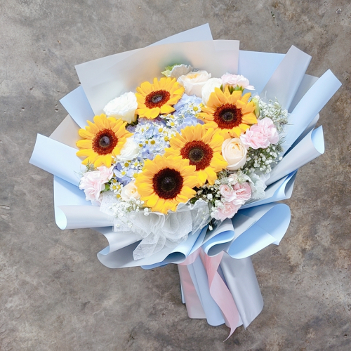 Sunflowers with hydrangeas bouquet