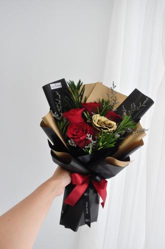 V06 Valentine's Gold bouquet