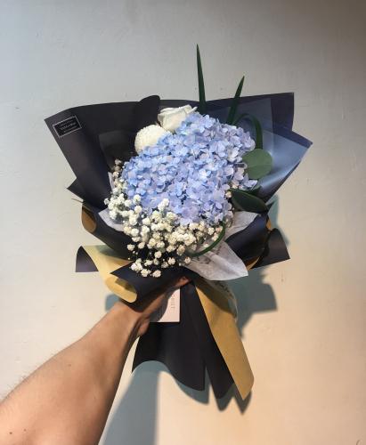 Impacco blu con ortensie blu
